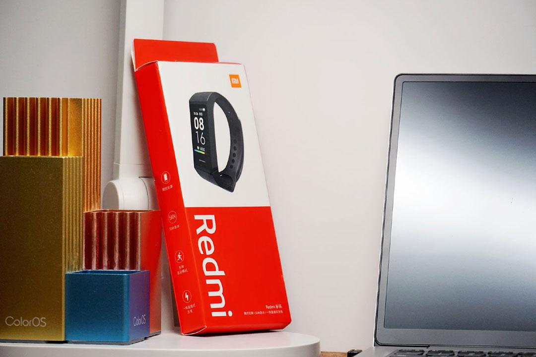 Redmi Band ufficiale a 13 euro con display a colori e ricarica integrata